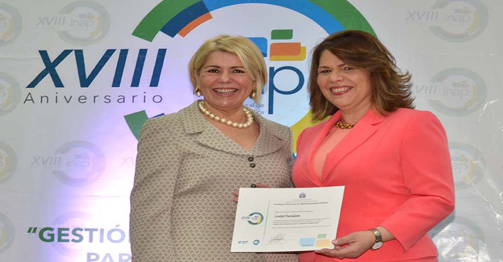 La conferencista Licelot Pantaleon recibe un certificado como conferencista de parte de la Dra. Celenia Vidal Directora General