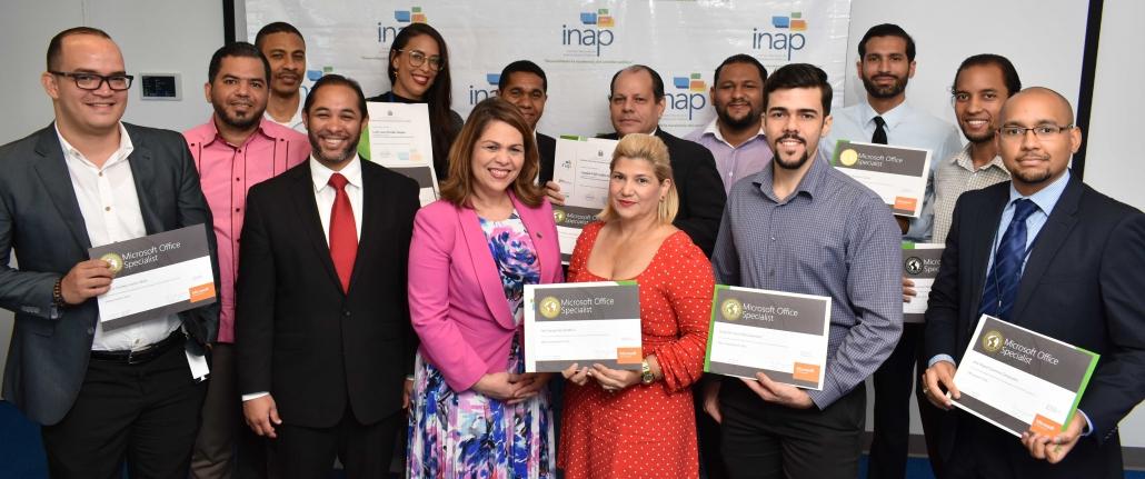 Equipo-de-participantes-certificados-MOS-Juan-Luis-Lozada-y-Celenia-Vidal-al-centro